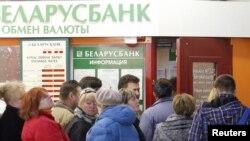 Очередь в пункт обмена валюты. Минск, 6 апреля 2011 года.