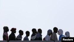 Спасенные в Средиземном море мигранты из Африки высаживаются на берег с итальянского военного корабля. 3 сентября