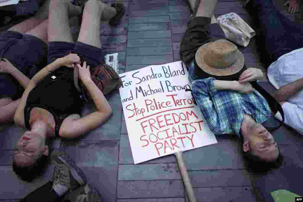 У Нью-Йорку протестуючі влаштували перформанс, у перебігу якого вони кілька хвилин лежали на землі з заплющеними очима