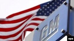 General Motors логотипи ва АҚШ байроғи.