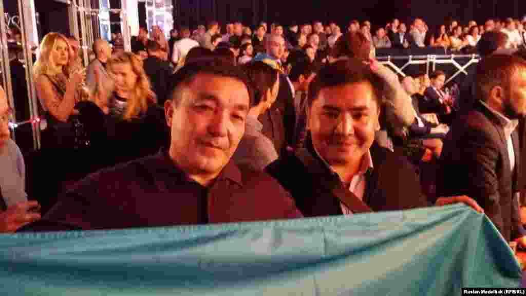57-летний житель Шымкента Абдимажит Сыздыкбеков (слева) называет себя настоящим фанатом Геннадия Головкина, поскольку давно следит за карьерой казахстанского боксера. Абдимажит Сыздыкбеков привез своему кумиру казахский традиционный шапан, передал команде Головкина.