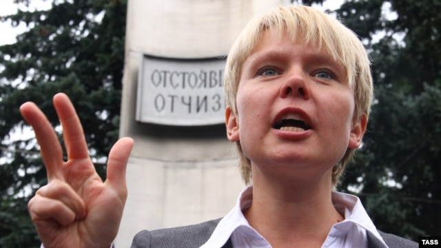 Yevgenia Chirikova talks to the media after filing documents at an election commission office to run in the Khimki mayoral election on August 27.