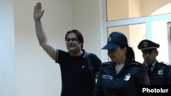 Armenia - Opposition activist Andrias Ghukasian waves to supporters in a courtroom in Yerevan, 7 May 2018.