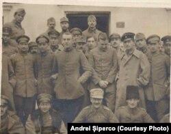 Ofițeri Centrali prizonieri la Dobrovăț, 1918. Sursa: Andrei Șiperco (ed.), Tragedii și suferințe neștiute...., 2003 (Arhivele Federale din Berna [AFB], E 2020 Schachtel nr. 111)