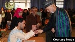 Президент Афганистана Хамид Карзай на избирательном участке. Кабул, 5 апреля 2014 года.