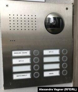 Немногие владельцы квартир в этом доме указывают свои имена на звонках у входа