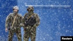 Военные охраняют пресс-центр перед объявлением результатов выборов в Южной Осетии