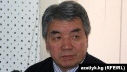 """""""Азаттыкты"""" Кыргызстанга таратуу тууралуу алгачкы келишимге КТРдин ошол кездеги башчысы Түгөлбай Казаков кол койгон."""