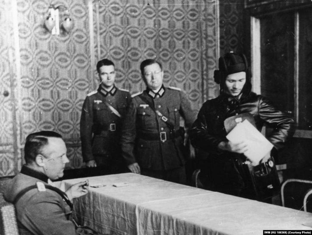 Савецкі камісар Уладзімер Баравіцкі сустракаецца з нямецкімі афіцэрамі ў захопленым Берасьці, каб абмеркаваць падзел Польшчы паміж дзьвюма арміямі.