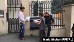 Акції громадських активістів нерідко проводять біля прохідної посольства Росії в Празі