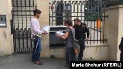 Акции гражданских активистов нередко проводятся у проходной посольства РФ в Праге