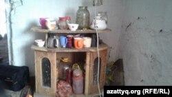 Обстановка внутри дома, который снимает многодетная мать Дильбар Куттыбай. Шымкент, 31 октября 2016 года.