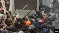 """Лидер оппозиции Виталий Кличко пытается остановить столкновения между полицией и """"Беркутом"""", 19 января 2014 года"""