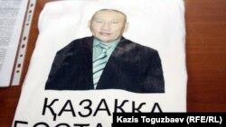 Bisenkul Begdesenowyň suraty ýelmenen futbolka Almatydaky metbugat konferensiýasynda, 16-njy maý.