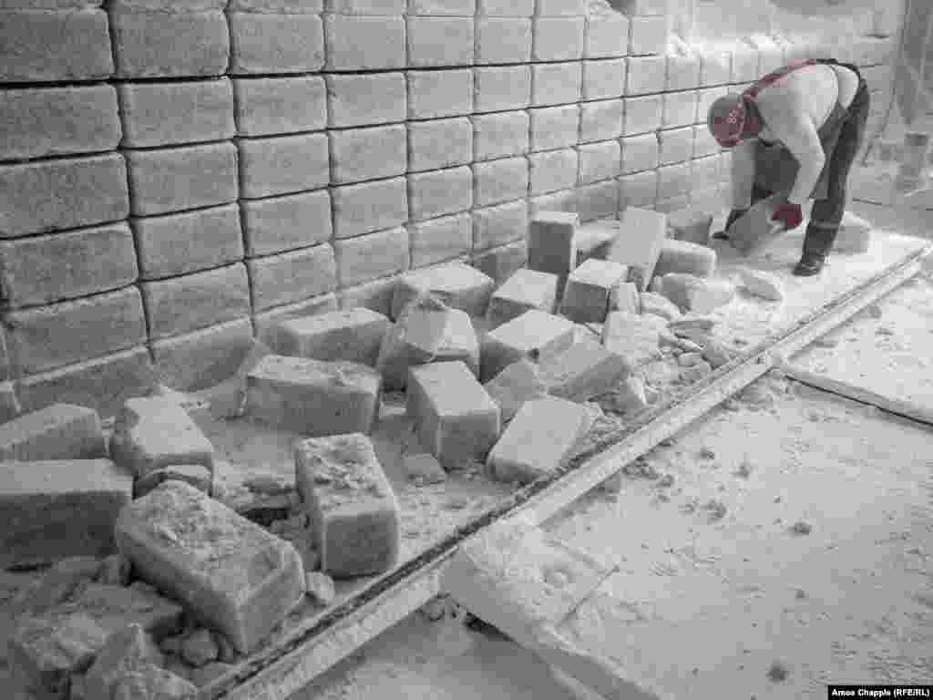 Эти соляные блоки продают по 8 евро за штуку для «соляных пещер», которые набирают популярность какбальнеологические процедуры.
