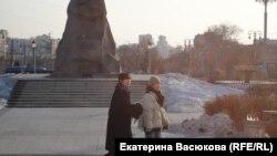 Китайские туристы у памятника Хабарову.