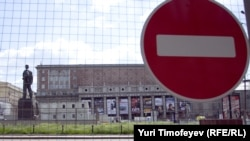 Триумфальная площадь останется за забором до декабря 2013 года