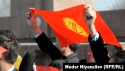 Кыргызстандын желеги. Бул сүрөттүн кабарда аты аталган партияларга тиешеси жок.