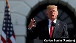 دونالد ترامپ میگوید که سیاست آمریکا، «وارد آوردن حداکثر فشار اقتصادی» به ایران است.