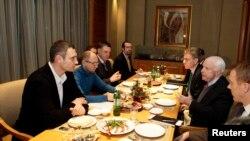 Ukraine -- U.S. Senator John McCain (R) speaks with Ukrainian opposition leaders Vitaly Klitschko (L), Arseny Senator John McCain müxalifət liderləri ilə görüşdə. 14 dekabr 2013