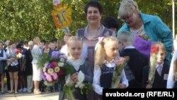 Тацяна Турандзіна (справа), Эвэліна Самойленка (зьлева) з настаўніцай Лідзіяй Ціханоўскай