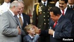 """Александр Лукашенко с сыном Николаем (""""преемником"""") в гостях у Уго Чавеса. 26 июня 2012 года"""