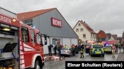 На месте инцидента с наездом автомобиля на участников карнавального шествия в городе Фолькмарзене. Земля Гессен, Германия, 24 февраля 2020 года.