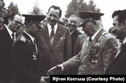 Пятро Машэраў (першы сакратар ЦК Камуністычнай партыі Беларусі) сярод вэтэранаў вайны