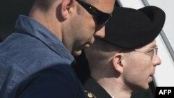 ԱՄՆ - Բրեդլի Մենինգը (աջից) ժամանում է Մերիլենդ նահանգի Ֆորթ Միդի դատարան, հուլիս, 2013թ․