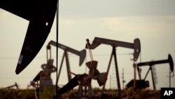АҚШ-тың Нью-Мексика штатындағы мұнай скважиналары (Көрнекі сурет).