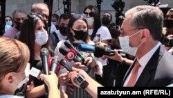 Министр иностранных дел Зограб Мнацаканян беседует с протестующими, 12 августа 2020 г.