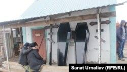 Подготовка к похоронам во дворе дома Лопухиных. Посёлок Большой Чаган, Западно-Казахстанская область, 30 марта 2017 года.