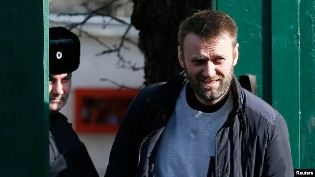 Алексей Навальный выходит из СИЗО в Москве. Март 2015 года
