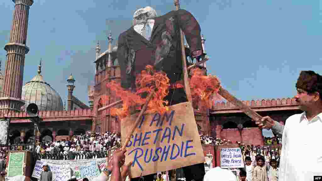 Muslim protesters burn an effigy of Rushdie during a demonstration near India's largest mosque, in New Delhi, in 1999. (AFP PHOTO/FILES/RAVEENDRAN)
