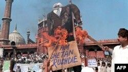 Hindistan - Vətənində Salman Rüşdünün müqəvvası radikal islamçılar tərəfindən yandırılır. 19 fevral 1999