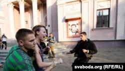 """Одна из акций группы """"Революция через социальные сети"""" на проспекте Победителей в Минске"""