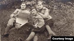 Ofițeri români la Dänholm-Stralsund citind Gazeta Bucureștilor (Foto: Expoziția Marele Război, 1914-1918, Muzeul Național de Istorie a României)