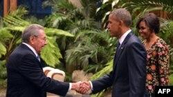 Президент Кубы Рауль Кастро (слева) пожимает руку президенту США Бараку Обаме, прибывшему на торжественный прием вместе с супругой Мишель в рамках визита на Кубу. Гавана, 21 марта 2016 года.