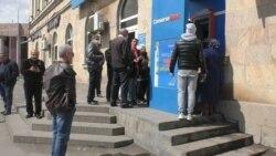 Չնայած թոշակներին տանը սպասելու հորդորներին Գյումրիի բանկոմատների մոտ այսօր հերթեր էին