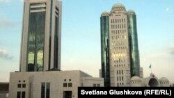 Здания дома правительства и парламента Казахстана в Астане.
