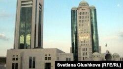 Қазақстан үкіметі мен парламенті ғимараты. Астана, 16 қазан 2011 жыл.