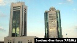 Здания дома правительства и парламента Казахстана. Астана, 16 октября 2011 года.