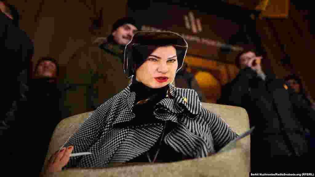 Учасники принесли кілька манекенів, на які наліпили фото Ірини Венедіктової