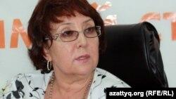 Президент Казахстанской туристской ассоциации Рашида Шайкенова ведет онлайн-конференцию в Алматинском бюро радио Азаттык. 4 июля 2012 года.