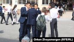 Школьники в Астане. Иллюстративное фото.