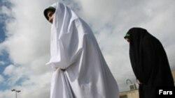 آيت الله خامنه ای از کسانی که می کوشند احکام دين اسلام در مورد زنان را با پيمان های بين المللی تطبيق دهند انتقاد کرد