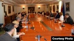 Премиерот Зоран Заев, придружуван од вицепремиерите Бујар Османи и Радмила Шеќеринска се сретна со амбасадорите на земјите членки на Европската унија