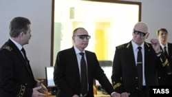 Rector Vladimir Litvinenko (right) and President Vladimir Putin (center) attend a demonstration at the National Mineral Resources University in St. Petersburg in January 2015.
