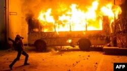 Демонстрант пен өртеніп жатқан полиция автобусы. Киев, 19 қаңтар 2013 жыл.