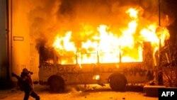 Горить один із міліцейських автобусів. 19 січня 2014 року, Київ